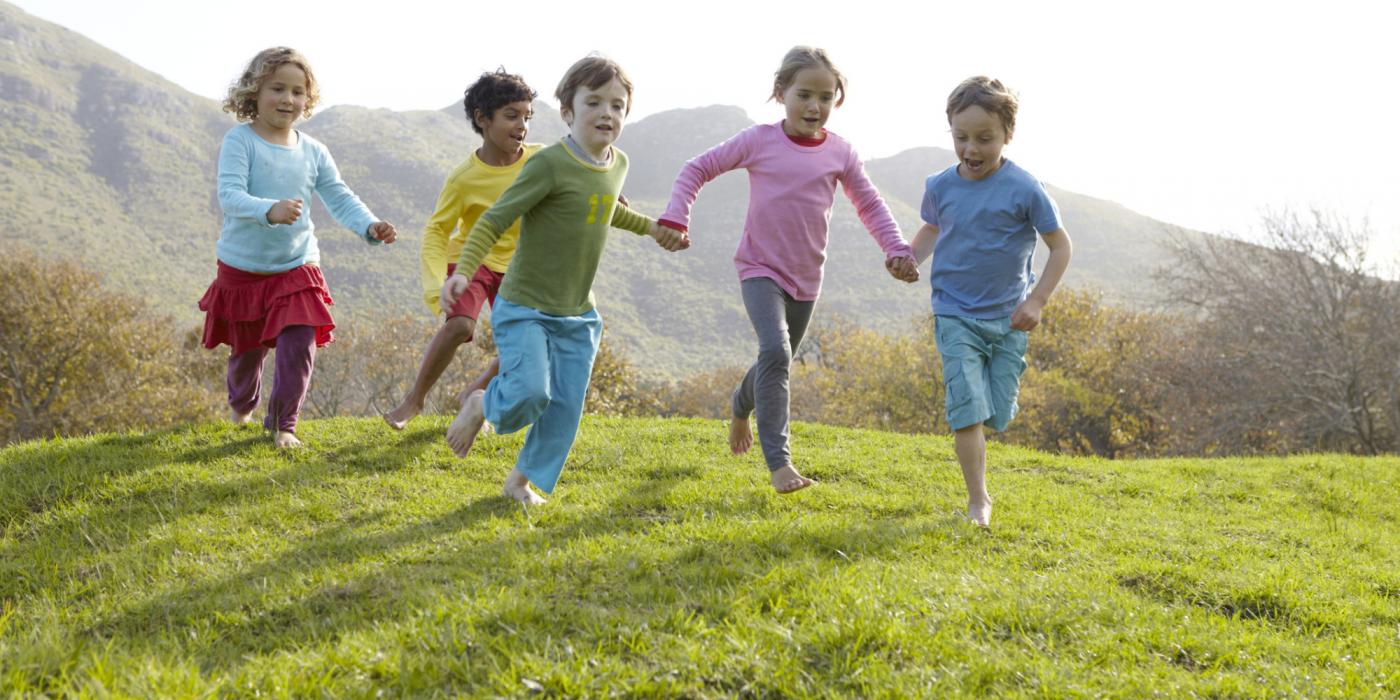 Hãy cho trẻ vui chơi và khuyến khích bé tập thể dục